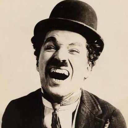 image de Charly Chaplin qui rit